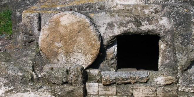 Jóvenes cantan alabanzas a Dios frente a la tumba de Jesús y el VÍDEO se vuelve viral