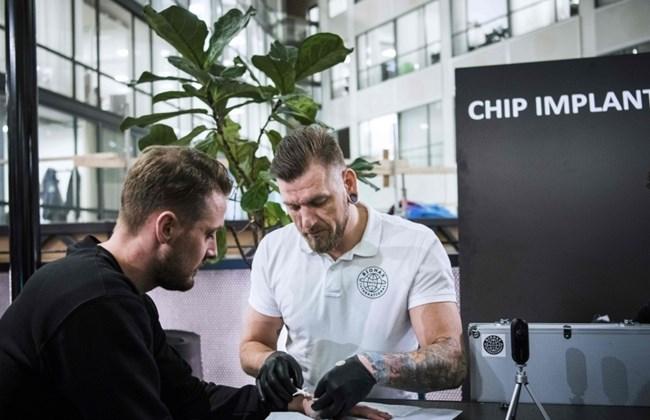 Miles de Suecos se estan insertando Microchips