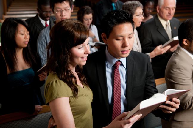 Estudio revela que parejas son más felices si asisten juntos a la iglesia