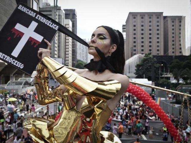 Homosexuales insultan la Biblia y se burlan del Evangelio