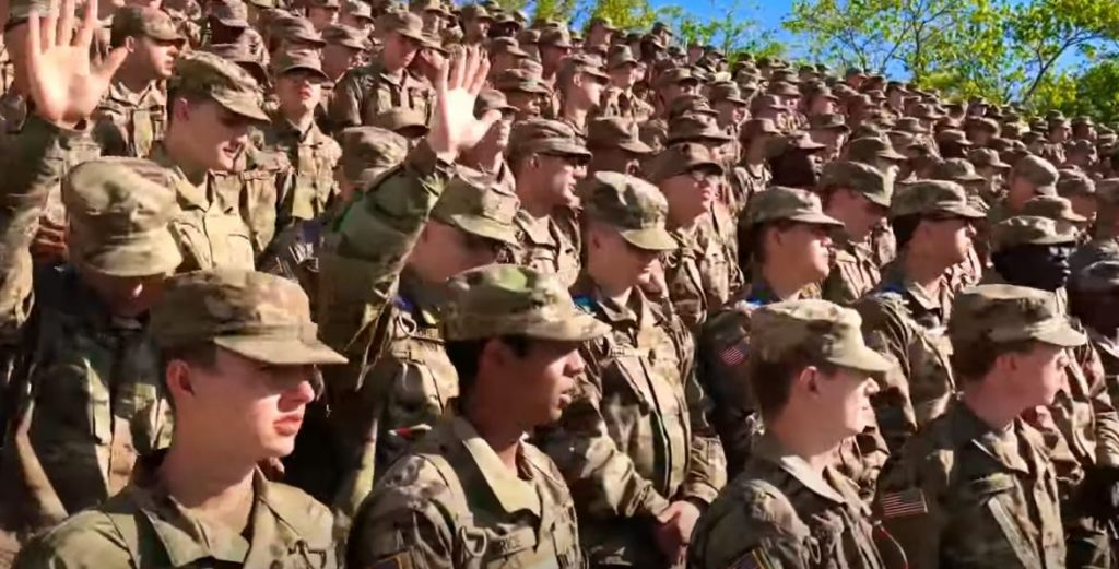 Más de 200 soldados reciben a Cristo tras escuchar el Evangelio