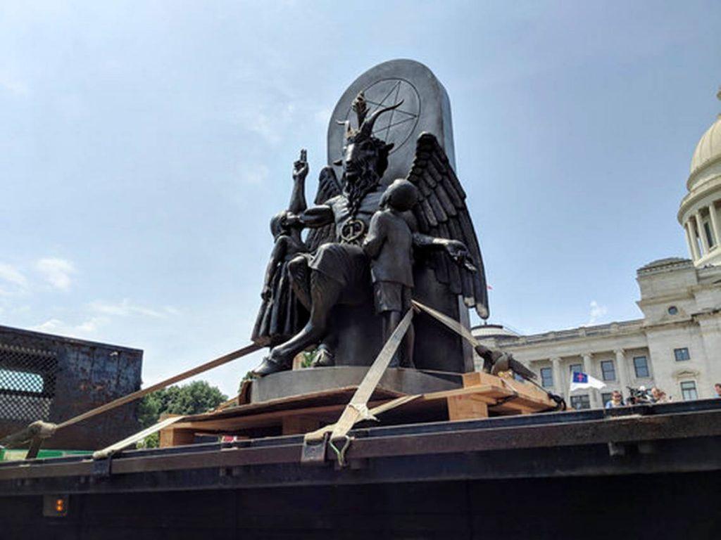 Estatua de satanás Es inaugurada al lado de monumento a los 10 Mandamientos en EE UU