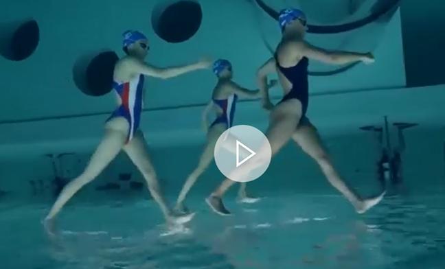 Caminar sobre el agua el sorprendente efecto que ha logrado un grupo de nadadoras