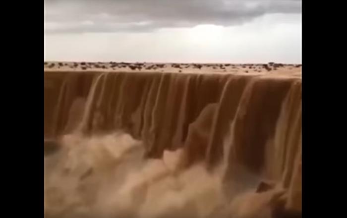 Cascada de arena en el desierto de Riad