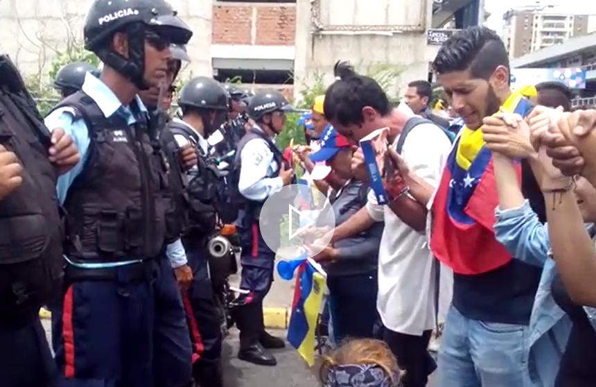 Cristianos venezolanos claman a Dios por la paz en su país ante policías
