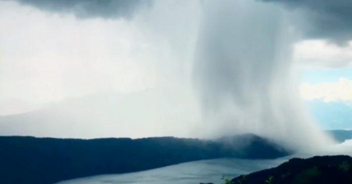 El cielo abre sus puertas la impactante escena de una lluvia que se ha hecho viral