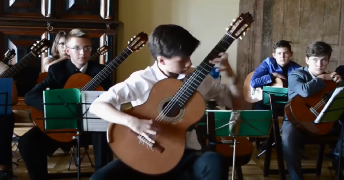 Escucha el prodigioso talento que tiene este joven de 17 años para la guitarra clásica