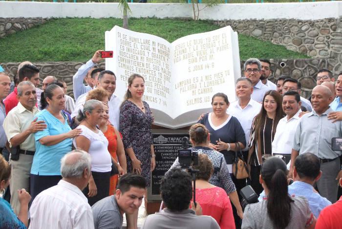 Mientras en EE UU inauguran una estatua a satanas en Mexico inauguran un monumento a la Biblia