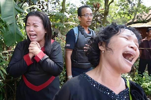 Cristianos lloran mientras autoridades cierran su iglesia en Indonesia