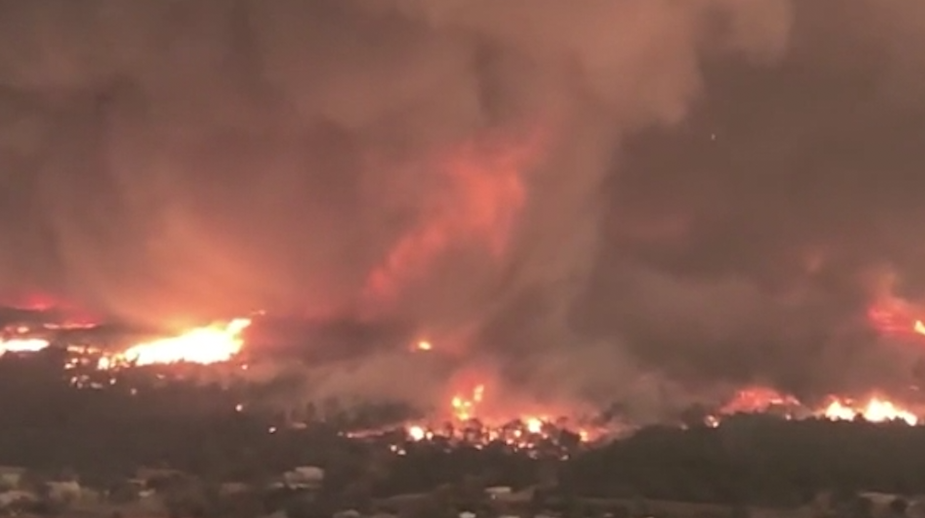 Tornado De Fuego Arrasa Con Casas En Medio De Fiestas De Fin De Ano