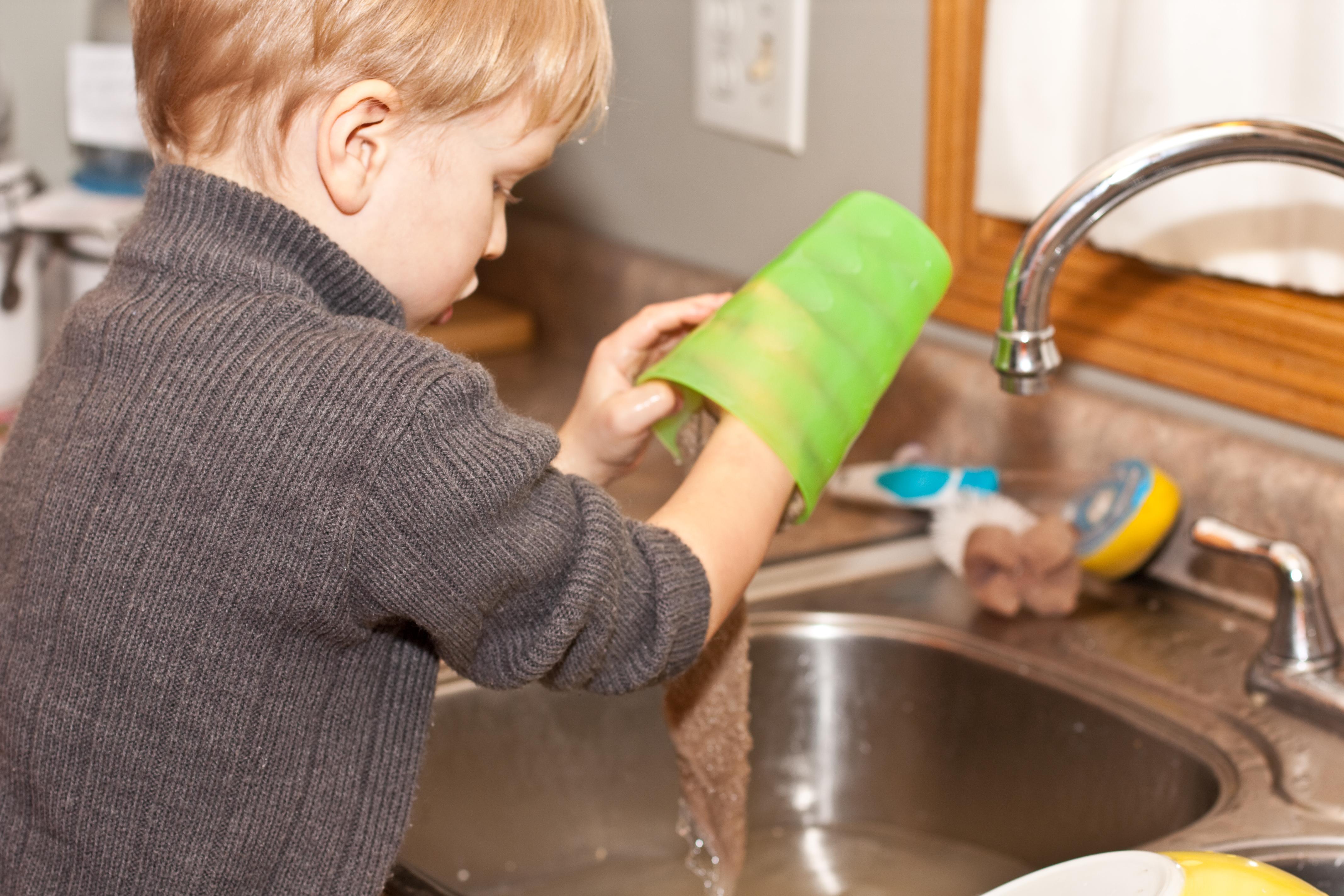 Los niños que ayudan en las tareas de la casa