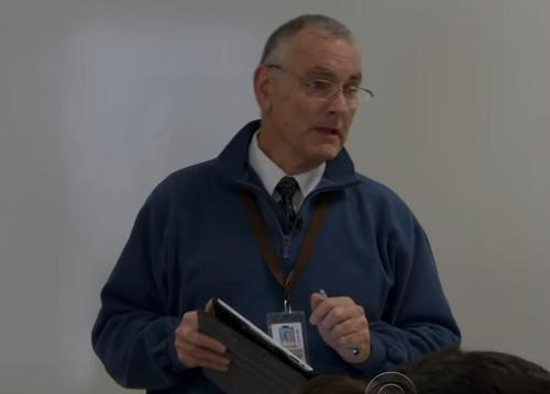 profesor de 70 en escuela