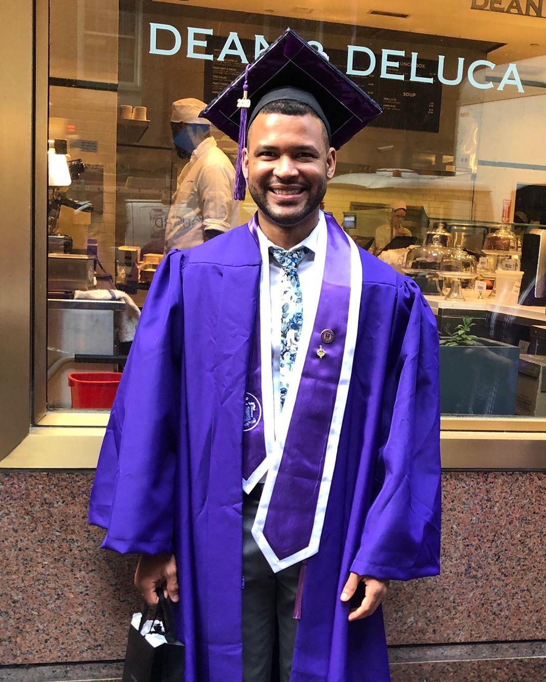 Hombre se gradúa enfermero en la universidad donde trabajaba como auxiliar de aseo