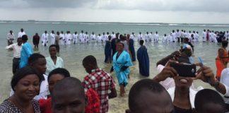 Joven de Republica Dominicana ayuda a que una gran multitud de personas se entreguen a Cristo y sean bautizados en áfrica
