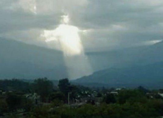 mujer toda fotografia y algunos dice que es Jesús en las nubes del cielo