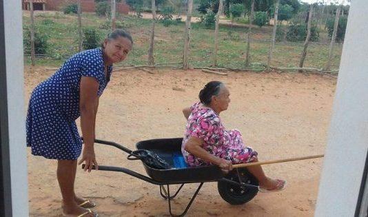 Una anciana caminar y pide la lleven a la iglesia en carretilla adorar a Dios