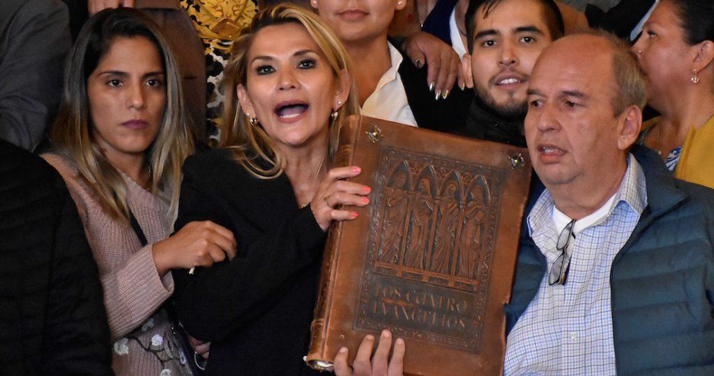 La Biblia vuelve a palacio dice presidenta de Bolivia