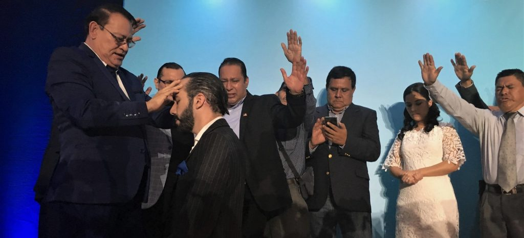 orando por el presidente de el salvador