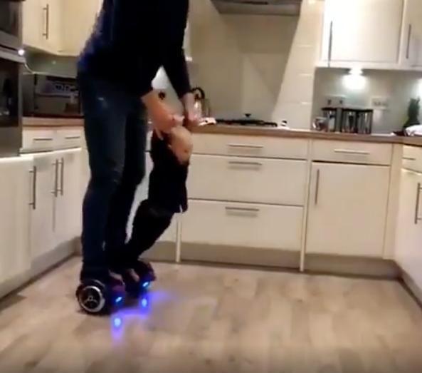 padre montando patineta con su hijo