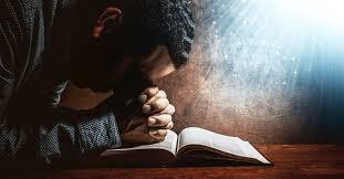 hombre orando a Dios Jehová-Rafa