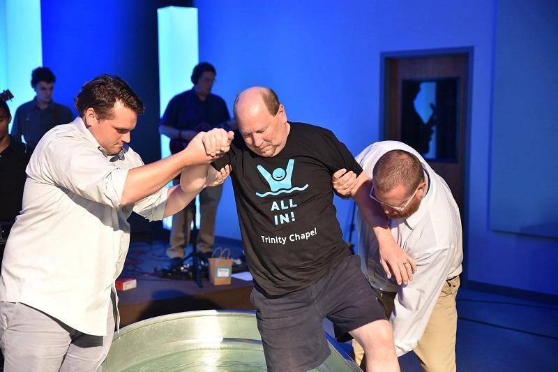 hombre es sanado durante bautismo y deja silla de ruedas